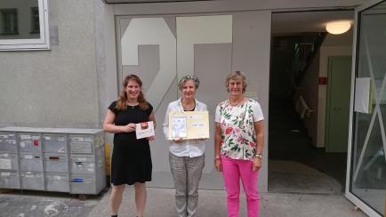 """Die Geschäftsleiterin des Frauenhauses, Susan A. Peter, nimmt unseren """"Spendencheck"""" entgegen"""